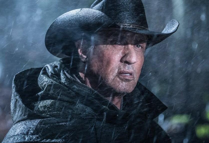 "Sylvester Stallone está pronto para a guerra na primeira imagem oficial de ""Rambo V"""
