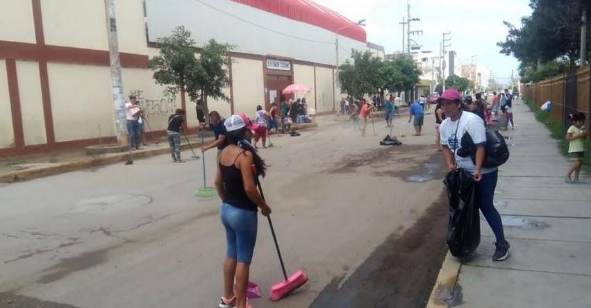 Padres de familia se unen e inician jornada de limpieza en colegio afectado por lluvias en Lambayeque