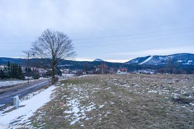 Boguszów-Gorce, ul. Górna; pożegnanie z wciąż jeszcze widocznym Stożkiem Wielkim, z prawej wycięty pas lasu pod centrum narciarskie w masywie Dzikowca