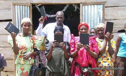 Distribuyen Biblias en África