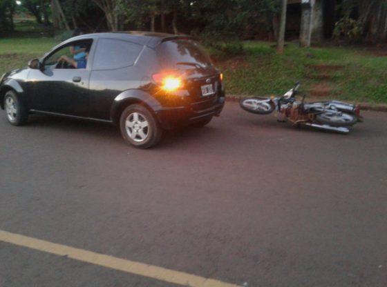 Detuvieron a un automovilista ebrio, armado con un cuchillo que intentó agredir a motociclista tras un choque.