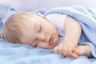 Pourquoi mon bébé transpire-t-il beaucoup pendant son sommeil