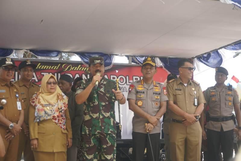 """Kunjungi Kampung Penagi di Natuna, Panglima TNI: """"Bapak dan Ibuk Banyak Makan Ikan Ya,"""