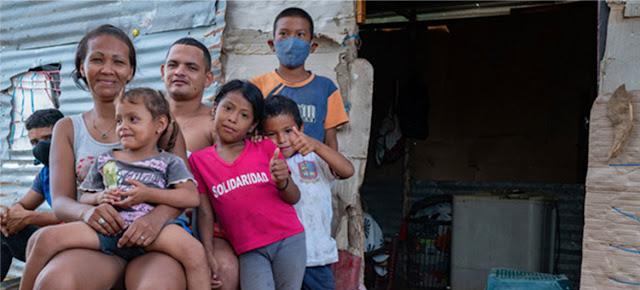 Una familia de migrantes venezolanos en la Guajira, Colombia, durante la pandemia de COVID-19.OPS /Karen González Abril
