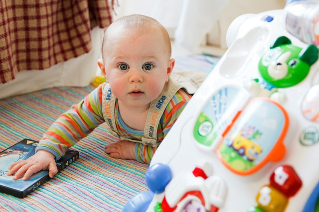 Seperti apa mainan anak 0-6 bulan, yang sangat aman dan baik untuk anak?