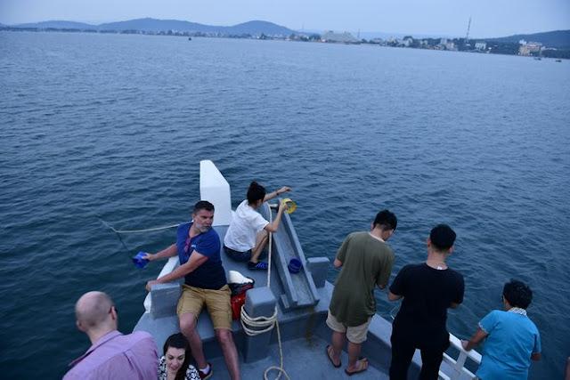 Tầm khoảng 5h chiều tàu thuyền sẽ xuất bến và trở về sau 2-3 tiếng. Câu mực cũng giống như câu cá, có thể bạn phải đợi rất lâu để câu được 1 con nhưng cảm giác câu được thì thích thú vô cùng. Từng con mực, con cá lấp lánh màu da, còn tươi sống do chính tay bạn câu được mới ý nghĩa và đáng giá làm sao.    Giá tour câu mực đêm + ngắm hoàng hôn + ăn tối thường dao động tầm 200 – 250k.