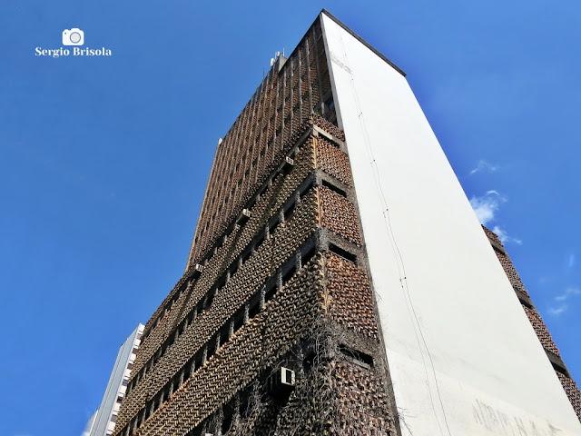 Perspectiva inferior da fachada do estranho Edifício Bella Center de São Paulo - Jardim Paulista - São Paulo