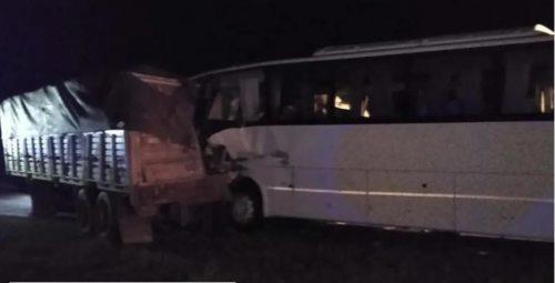 Un micro que trasladaba a jugadores de fútbol de Barracas chocó contra un camión: hay un muerto.