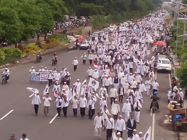 Puluhan Ribu Umat Islam Surabaya Tuntut Ahok Untuk Diadili Atas Kasus Penistaan Al-Qur'an
