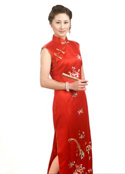 di awal bangsa manchu yang terdapat pada dinasti qing di tiongkok perempuan tersebut mengenakan pakaian qipao