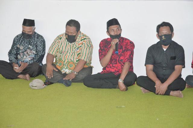 """Mojokerto - majalahglobal.com : DPRD Kabupaten Mojokerto, H. Achmad Anwar dari Fraksi Partai PDI Perjuangan menggelar serap aspirasi (reses) ke II Tahun 2020 di Desa Karangdiyeng, Kecamatan Kutorejo, Kabupaten Mojokerto, Senin (17/8/2020).  Achmad Anwar dalam sambutannya mengatakan jika ada beberapa desa terutama yang hadir saat ini akan kami tindaklanjuti untuk Pilkada tahun 2020.  """"Besar harapan saya untuk menjadikan Pak Pungkasiadi menjadi Bupati Mojokerto. Mugi- mugi berkat doa restu panjenengan PDIP dan PKB bisa memimpin kembali Kabupaten Mojokerto. Mohon maaf biasanya kan reses selalu ada usulan namun untuk tahun ini ditiadakan karena Covid-19 anggarannya dialihkan untuk BLT. Mohon usulan nya disimpan dulu, sampaikan saat reses di lain waktu, di saat covid-19 sudah hilang,"""" katanya. (Jayak)"""