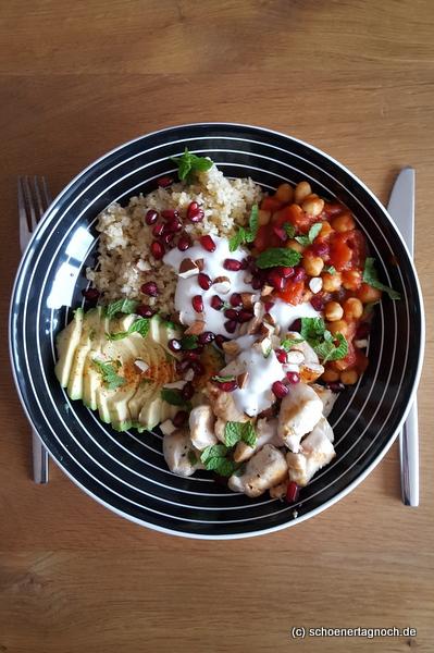 Buddha Bowl mit Bulgur, Kichererbsen in Tomatensauce, gebratener Hähnchenbrust, Avocado, Granatapfelkernen, Joghurt und Minze