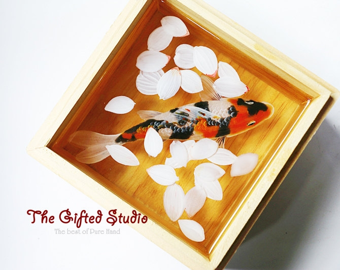 11-3D-Goldfish-Lillian-Lee-Resin-and-Acrylic-Paints-to-make-3D-Paintings-www-designstack-co
