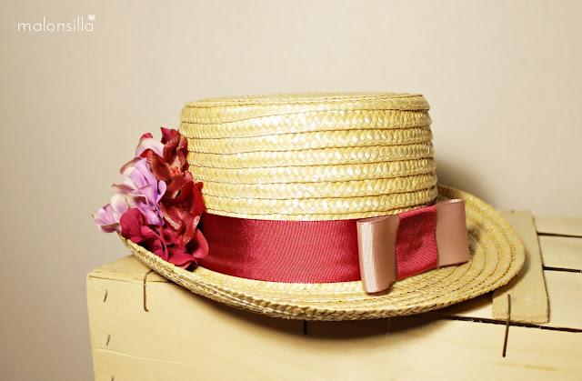 Sombrero de copa alta para boda tipo chistera  de paja natural con flores en burdeos y malva, parte trasera con lazo en nude