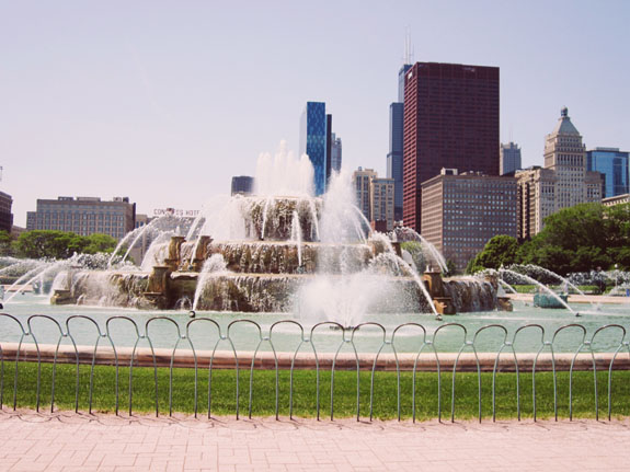 2 days in Chicago itinerary: Buckingham Fountain against the Chicago city skyline
