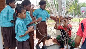 Kembangkan Kreatifitas Anak Anak Papua Satgas Raider 300/Bjw Ajarkan Cara Membuat Pohon Natal Sederhana