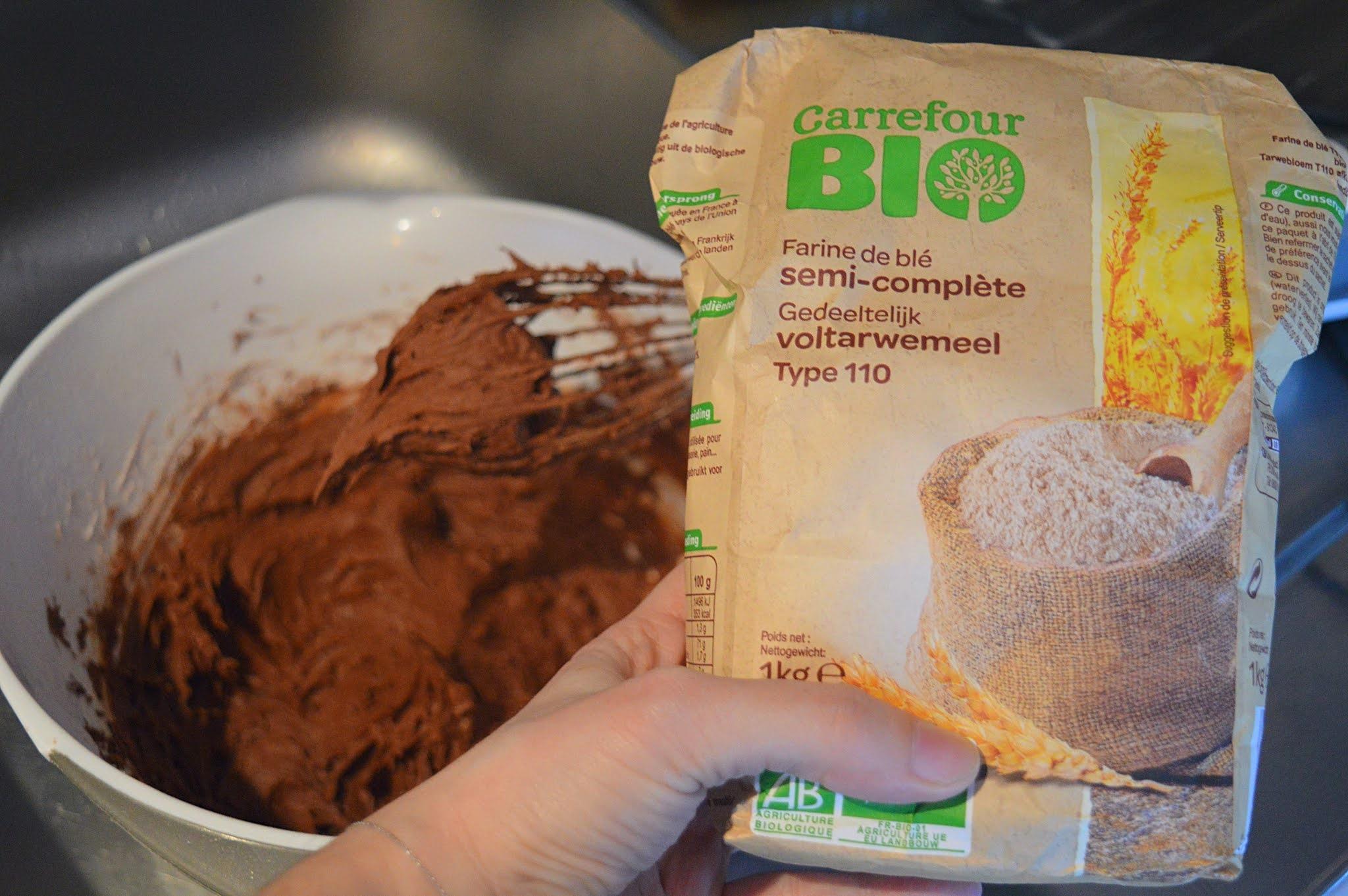 Rajout farine préparation cookies