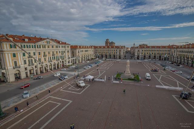 Piazza Galimberti dall'alto con la statua di Barbaroux al centro