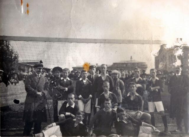 1912 год. Футбольная команда Харьковского Паровозостроительного Завода.