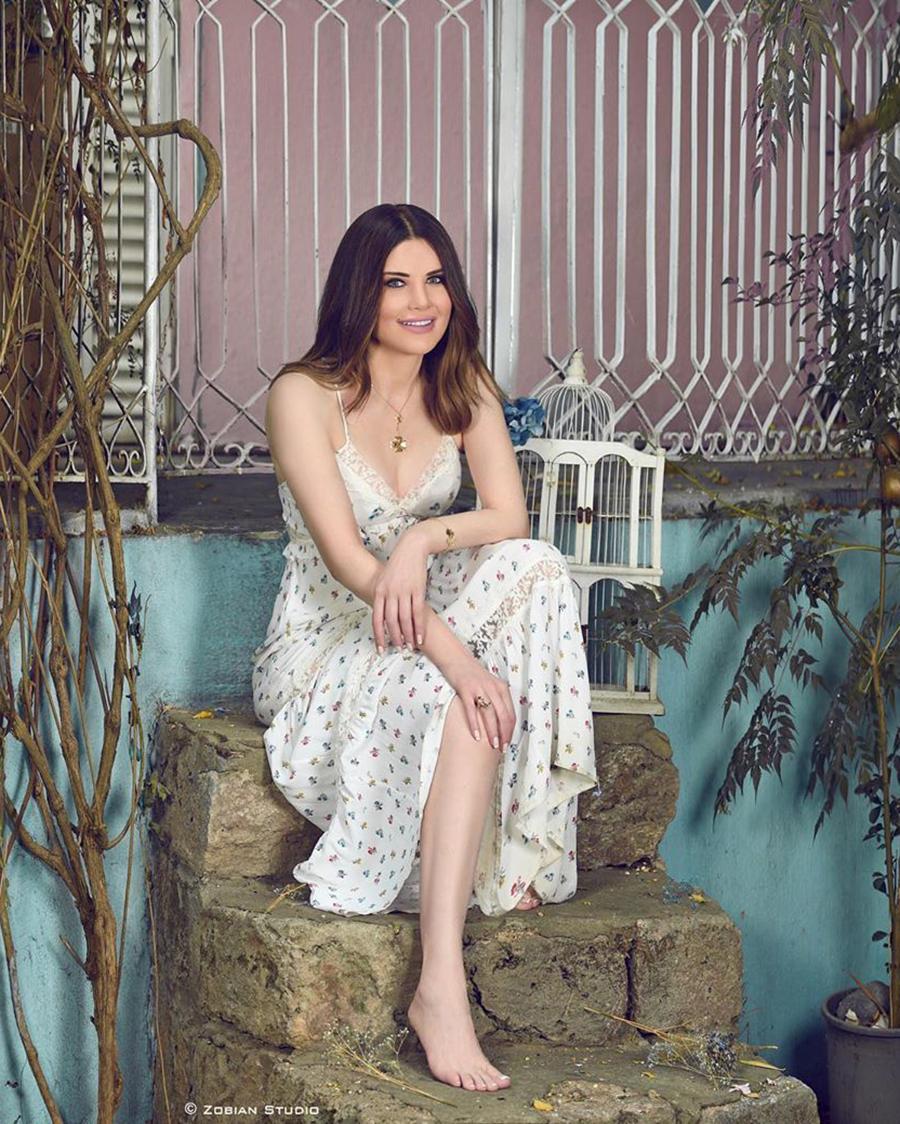 Mona Abou Hamze artis mesir pose duduk seksi dan hot manis