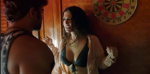 Sunny Leone's hot scene in Jackpot Navel Queens