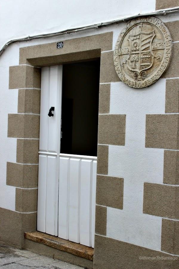 foto de una puerta con escudo