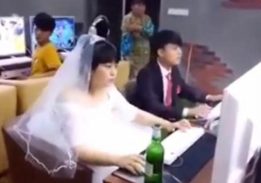 Pasangan Gamer Menikah di Warnet