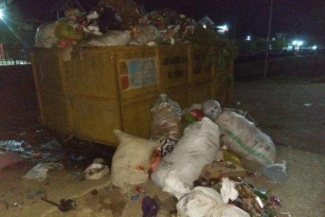 Berhari-hari Tak Diangkut, Bau Sampah Ganggu Warga Depan Lapas Watampone