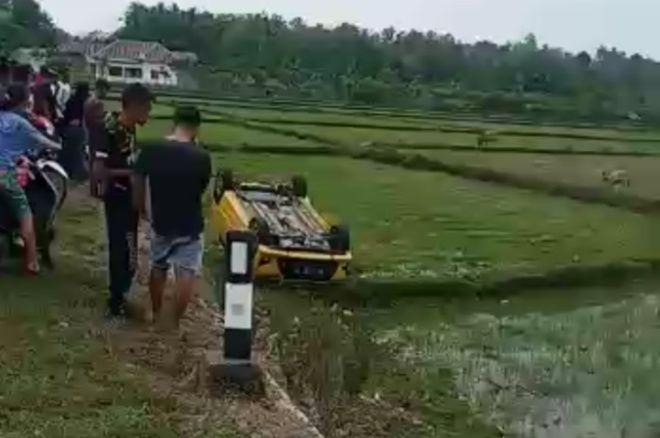 VIDEO: Mobil Agya di Bone Terguling Ke Sawah Gegara Jalan Licin