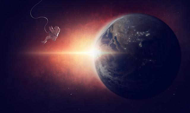 """وجد العلماء أول دليل على وجود المياه في جو كوكب صخري - وهو ما يقدم هدفًا جديدًا مثيرًا للبحث عن الحياة في الكون.  وهو على مسافة  110 أعوام ضوئية في كوكبة ليو    بلغ مساحة K2-18b أكبر من مساحة كوكبنا ، وثمانية أضعاف كتلة الكوكب ، مما يجعله من الصعب السير عليه. يدور بالقرب من نجم قزم أحمر ، أصغر بكثير وأكثر برودة من شمسنا. وبصرف النظر عن بخار الماء ، فإن غلافه الجوي يحتوي في الغالب على غاز الهيدروجين - وهو جزيء يشكل أقل من جزء واحد في المليون من غلافنا الجوي.    قال عالم الفلك أنجيلوس تسياراس ، المؤلف الرئيسي لدراسة حول الكوكب نشرت يوم الأربعاء في مجلة Nature Astronomy  """"إنها ليست"""" الأرض الثانية ، ولكن """"هذا هو أفضل مرشح للسكنية التي نعرفها الآن"""".    قالت لورا كريدبرج ، عالمة فلك في مركز هارفارد-سميثسونيان للفيزياء الفلكية ، إن K2-18b قد يكون أفضل وصف بأنه """"نبتون صغير"""" بدلاً من """"الأرض الفائقة"""". تشير الأبحاث المستفيضة التي أجريت على نماذج الكمبيوتر إلى أن الكواكب تميل إلى أن تصبح ضخمة وغازية أكثر من 1.6 إلى 1.8 ضعف كتلة الأرض.    على الرغم من أن مادة K2-18b صلبة في جوهرها ، إلا أن درجات الحرا"""