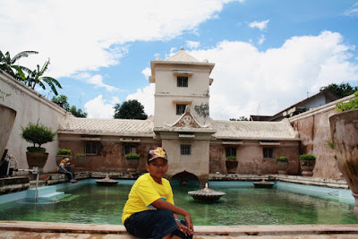 Kolam di tengah Taman Sari.