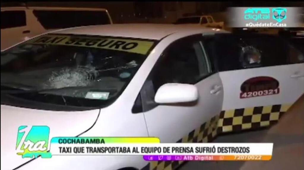 La imagen muestra los vidrios rotos del automóvil que transportaba al equipo de prensa de ATB en la noche del 20 de mayo / CAPTURA  ATB