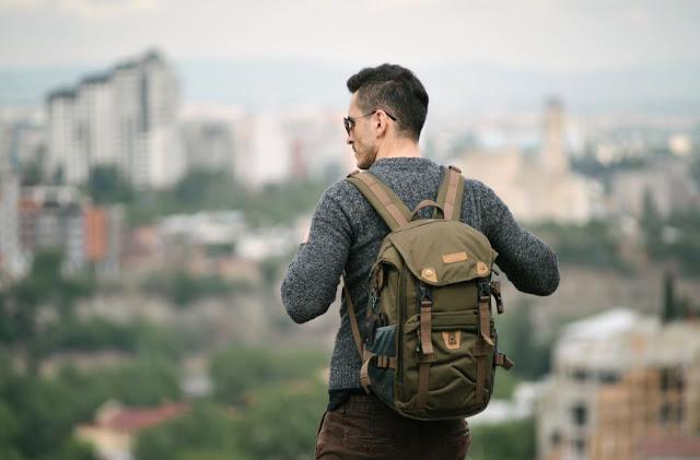 Tips Gaya Fashion Pria Saat Pergi Traveling