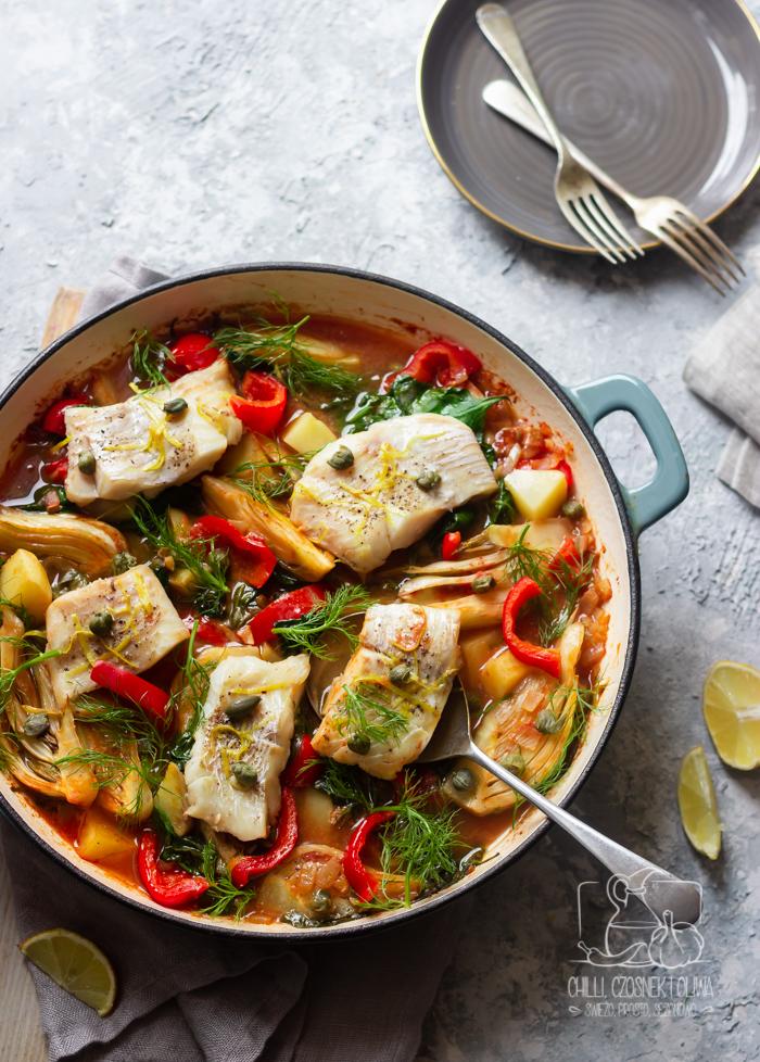 Ryba pieczona z koprem włoskim, ziemniakami i papryką - Pomysł na jednogarnkowy obiad z rybą