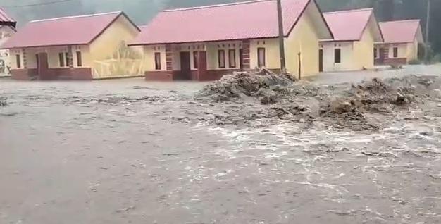 Banjir Terjang Perumahan Nelayan Pattumbukang Dan Rubuhkan Pagar Puskesmas Lowa