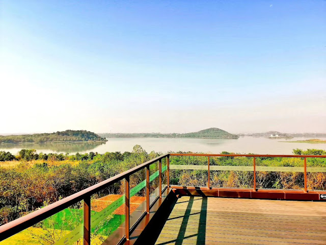 Villa on the edge of the Yangtze River