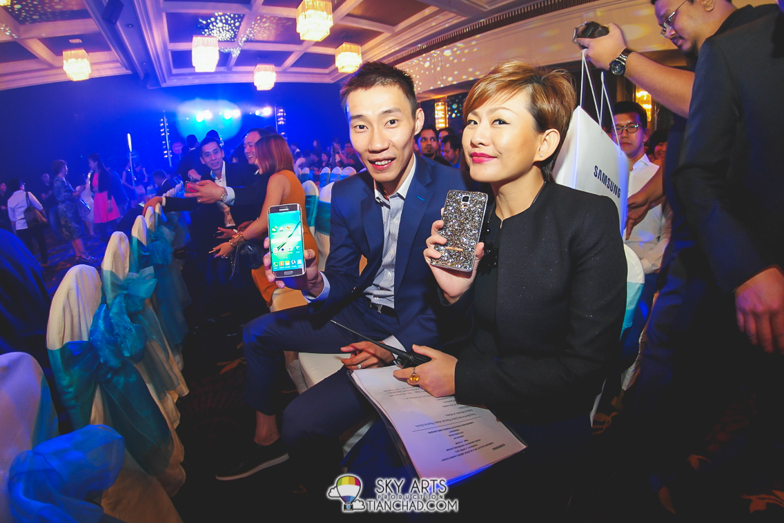 Dato Lee Chong Wei with his Galaxy S6 edge and Elaine with her shining Galaxy Note (Swarovski casing available for S6)
