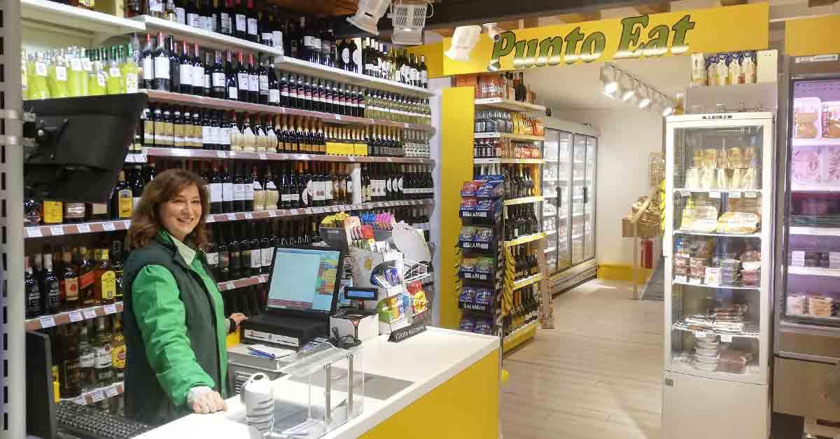 Sabrina alla cassa del ''Punto Eat'' di Sant'Antonin, il nuovo negozio di alimentari di Venezia