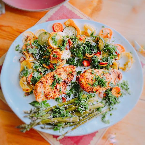 Rezept: Grüner Spargel mit Dijon-Huhn und Süßkartoffeln
