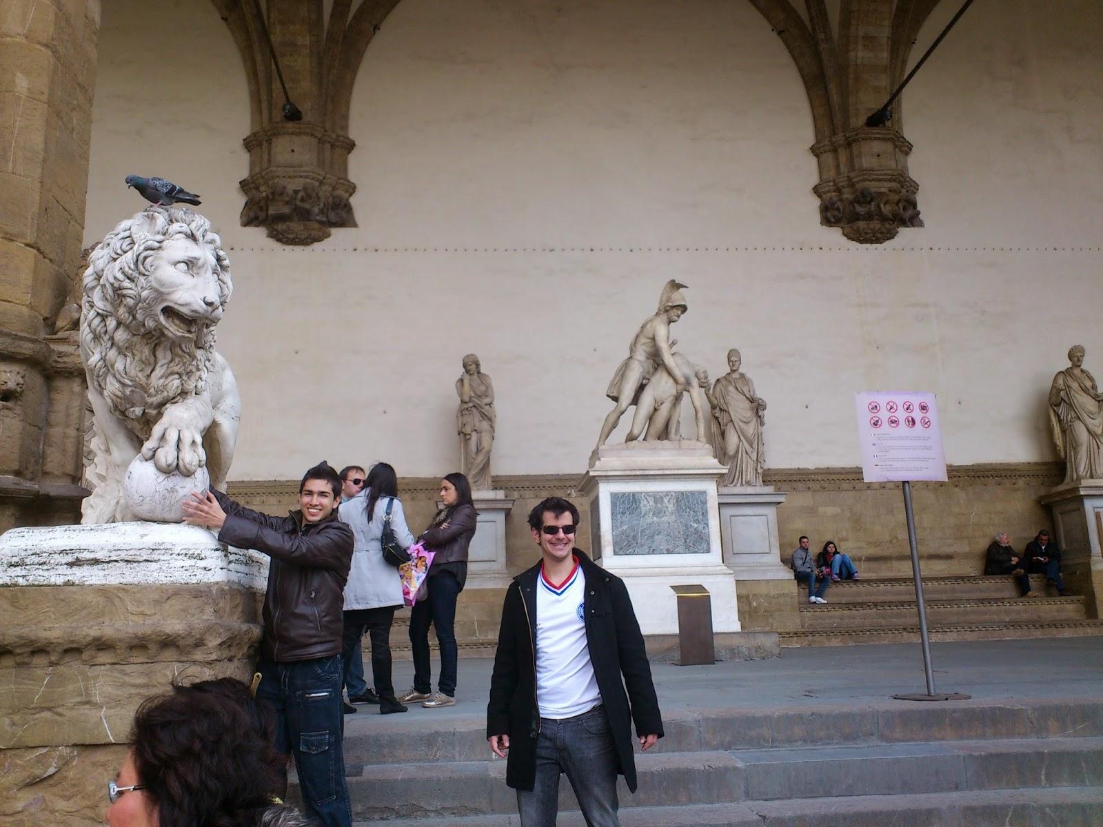 Pombo cagando na cabeça do leãozinho futebolista - Florença - Itália