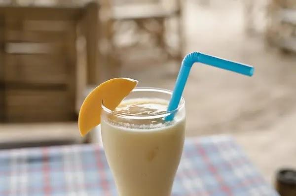 mango shake na may asul na straw