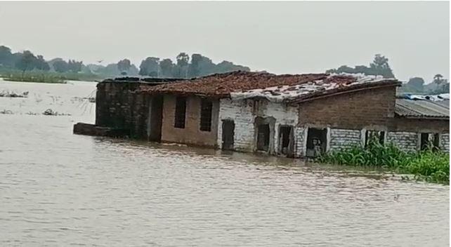 पटना जिले के मनेर प्रखंड में आधा दर्जन पंचायतों को बाढ़ का खतरा , गांव में घुसा गंगा का पानी