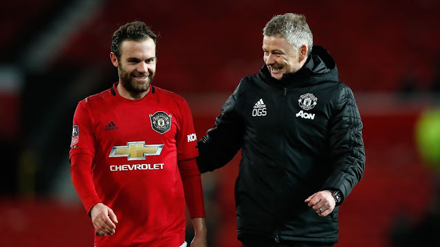 It was a list of grocery shopping - Mata reveals what was written in the note he got during the game against Wolves.