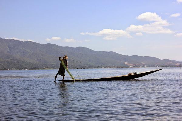 Barca de remos en el lago Inle
