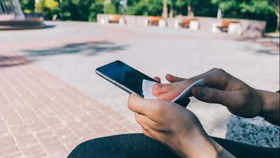 Cara membersihkan smartphone dari corona