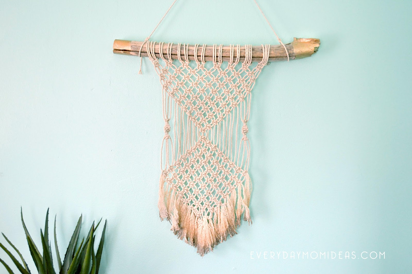 gold tipped macrame wall hanging diy for beginers everyday mom ideas. Black Bedroom Furniture Sets. Home Design Ideas
