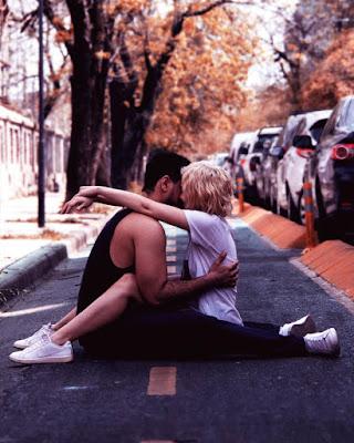 pareja goal tumblr sentada en la carretera