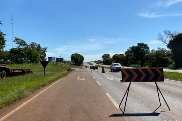 Serviços de drenagem são realizados na BR-277, em Santa Terezinha de Itaipu