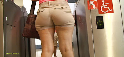 Guapa mujer trasero redondo shorts apretados