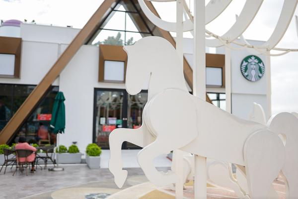 星巴克泰安南門市幸福驛站主題,夢幻積木城堡和白色旋轉木馬必拍